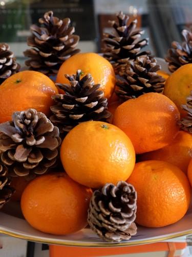 Deko-mit-Tannenzapfen-und-Mandarinen,-Weihnachtsdeko,-Christmas-decoration,-Lieblingsstil,-Lifestyle-Blog,-Lifestyleblog