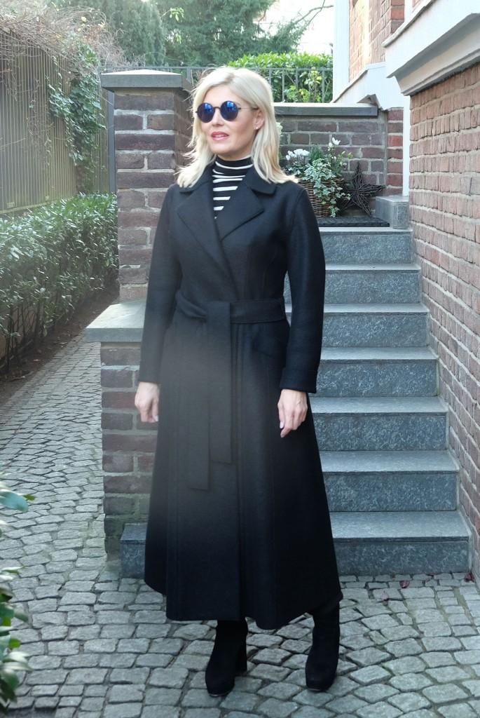 langer-schwarzer-Mantel,-Harris-Wharf-London,-langer-Mantel,-schwarzer-Mantel,-Bindematel,-Mantel-zum-Binden,-Lieblingsstil,-Blug-für-Frauen-ab-40