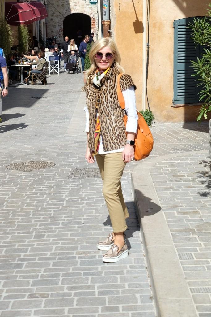 Streetstyle St. Tropez, street style St. Tropez, St. Tropez style, St. Tropez Look, pants Dsquared, Leo vest, Stella McCartney SliponsLifestyle Blog Lieblingsstil, Fashion Blog Lieblingsstil