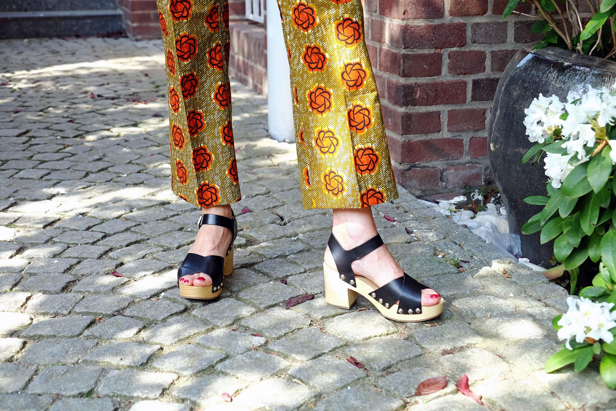 Blumenhose-Lieblingsstil,-Blumenhose-beige-orange,-Clogs,-Modeblog,-Fashionblog,-Fashion-Blog,-Lieblingsstil