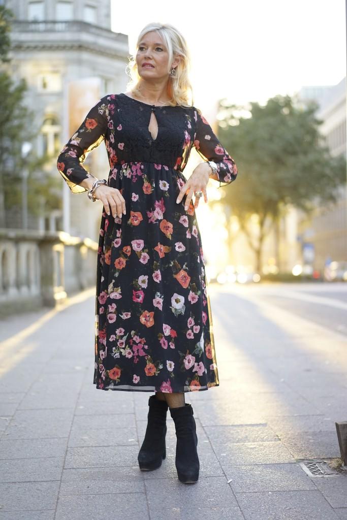 petra-dieners-street-outfit-street-style-kleid-lang-blumen-longdress-flowers-lieblingsstil