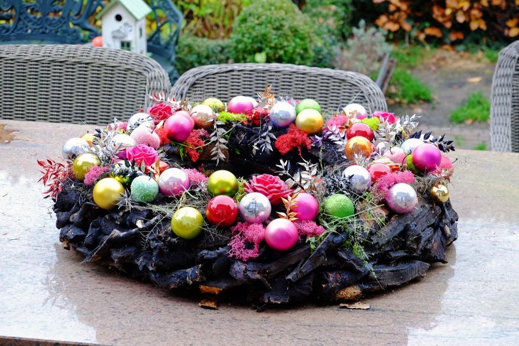 bunter-weihnachtskranz-colourful-christmas-decoration-farbenfroher-adventskranz-fuer-draussen-adventskraunz-fuer-draussen-lieblingsstil-com-dscf2170