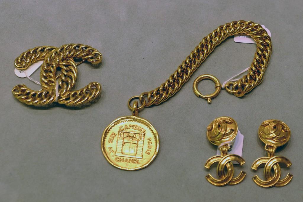 Chanel-Brosche,-Chanle-Logo-Brosche,-Chanle-Ohrclips,-Chanel-Armband,-Chanle-brooch,-Fashion-Blog,-Lieblingsstil.comDSCF4371