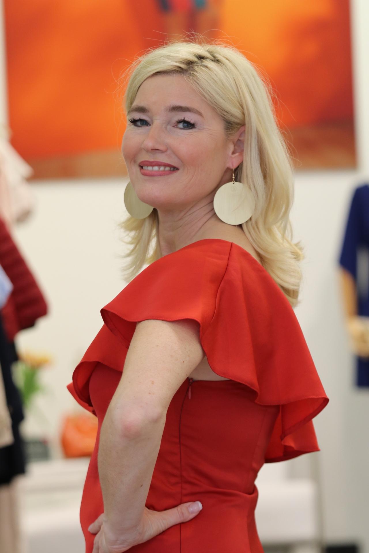Rotes Kleid eine Schulter frei, schulterfreies rotes Kleid, Cuplé Düsseldorf, CupléDuesseldorf, Cuplé, Fashion-Blog, Lieblingsstil.com,