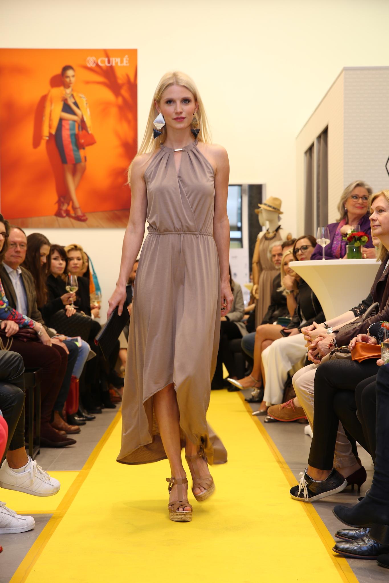 Stefanie Seifert Model, Cuplé Fashionshow, Cuplé Kleid beige, Cuplé Düsseldorf, Fashion-Blog, Lieblingsstil.com,JPG