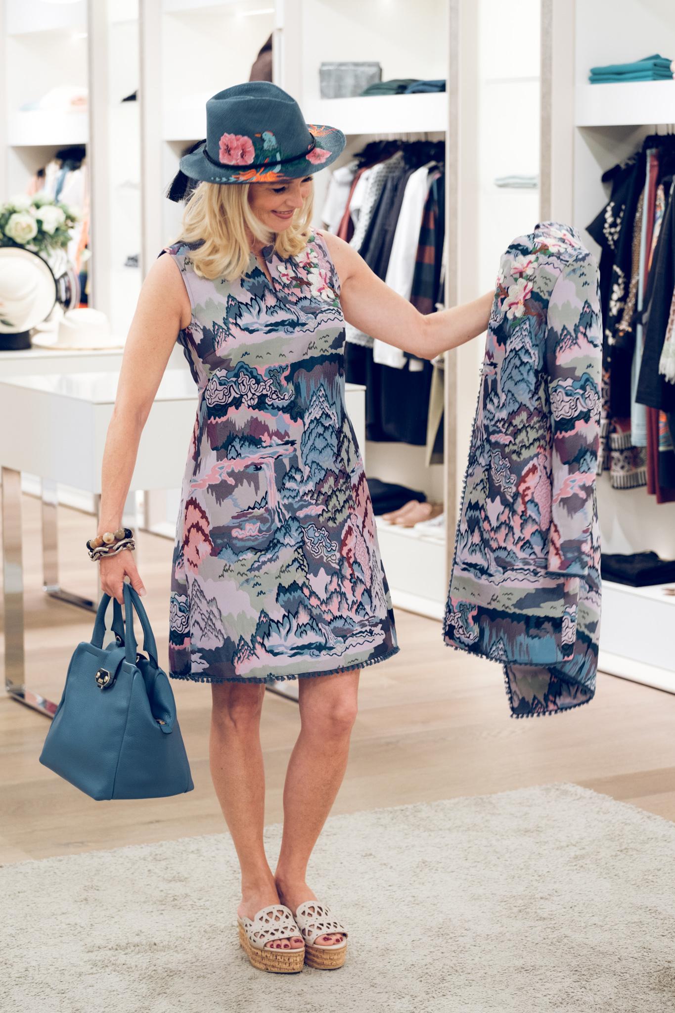 Hetkamp Raesfeld, Kleid mit passendem Mantel All Yours by Barbara Schwarzer, Tasche blau Armani Collezioni, Unützer Plateau Schuhe,