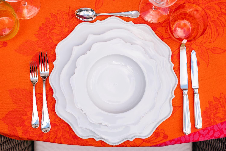 Weisses Geschirr Sommerlich Gedeckt Mit Orange Und Pink Lieblingsstil