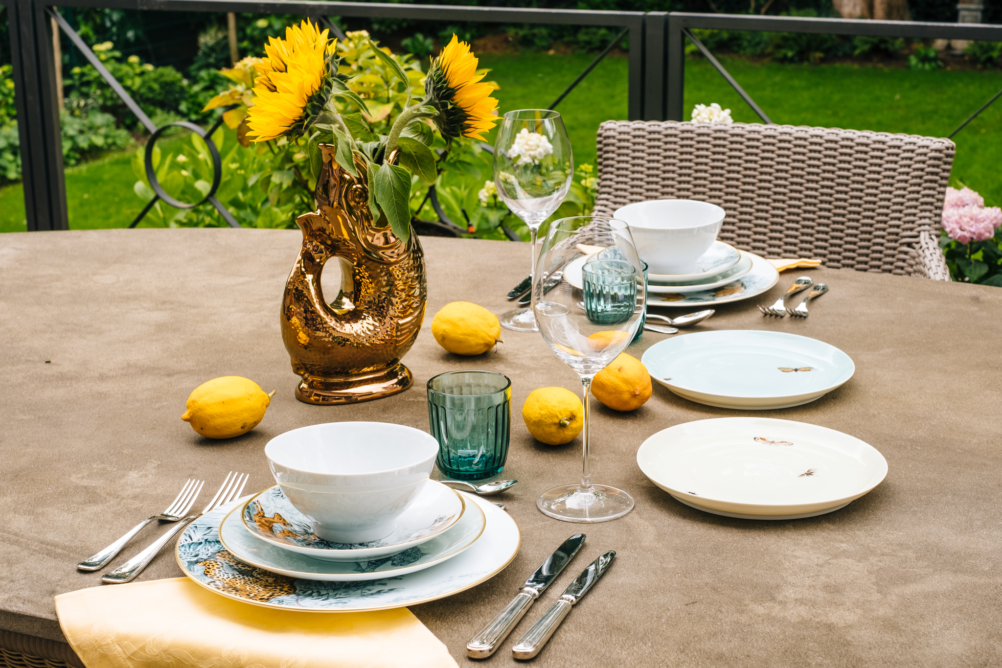 Eye Of The Tiger Sommerliche Tischdekoration In Gelb Mit Dem Hermes Porzellan Carnets D Equateur Lieblingsstil